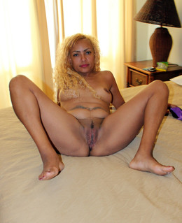 Blonde ebony whore Dixy posing fully..